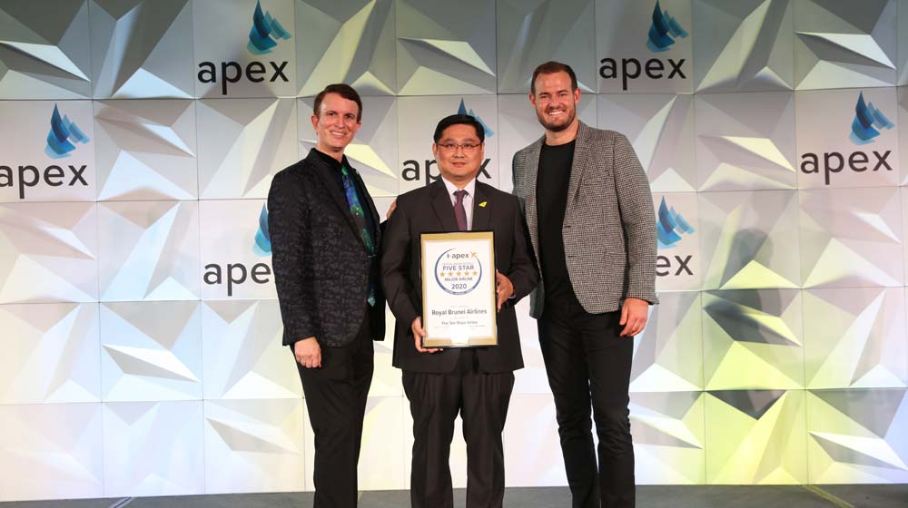 Captain Saiful Bahrin Awg Bahar, Royal Brunei Airlines Chief Operations Officer receives the award on behalf of the Company from APEX representatives | Image courtesy of APEX